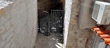 Apartment in stone house for renovation in center of Trogir