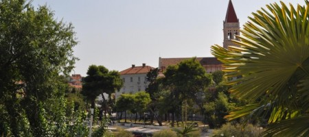 Trogir, top location! Flat with garden, garage and se view