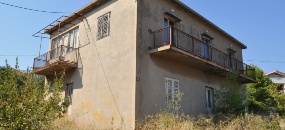 Island Čiovo, house with great business potential on a land plot of 1300 sq.m.