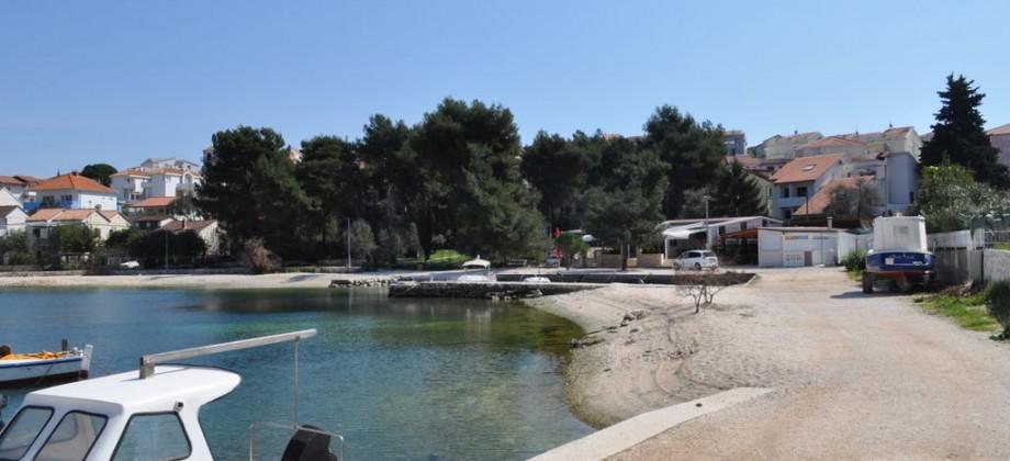 Trogir, wonderful apartment in building on the beach