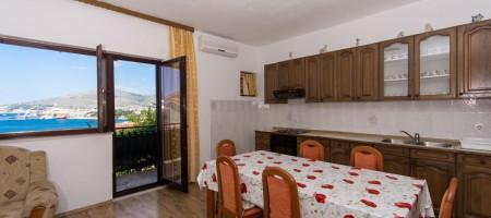 Comfortable three bedroom apartment with garden