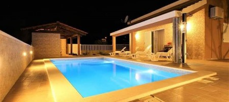 Kaštela – Single-storey house with pool in the countryside for sale